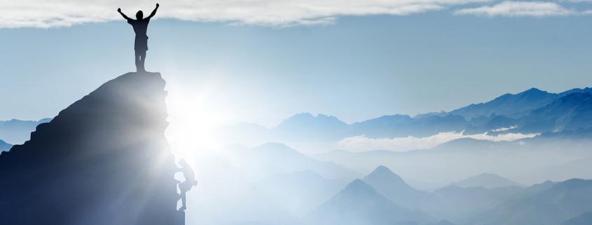 Mensch auf einem Gipfel - fühlt sich befrei!