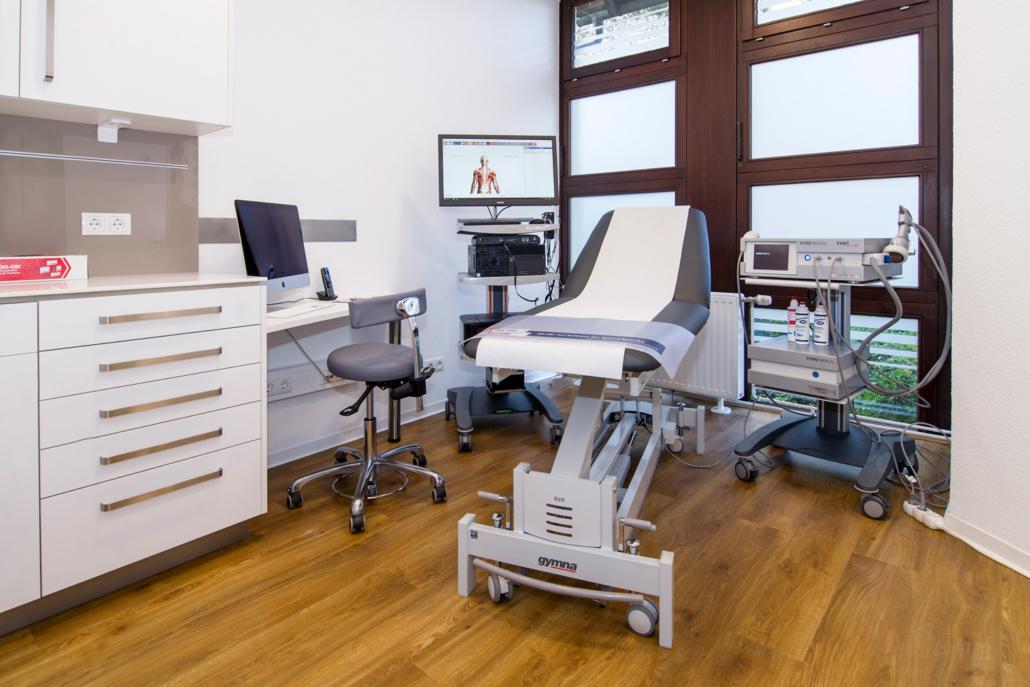 Ansicht auf Liege und medizinische Geräte
