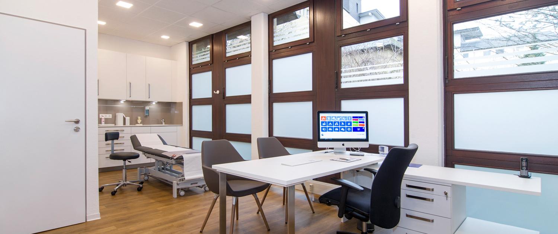 Untersuchungs-Zimmer mit Liege und Geräten